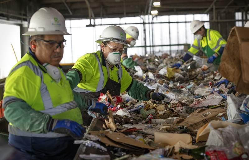 عامل في النفايات الخطرة في بريطانيا
