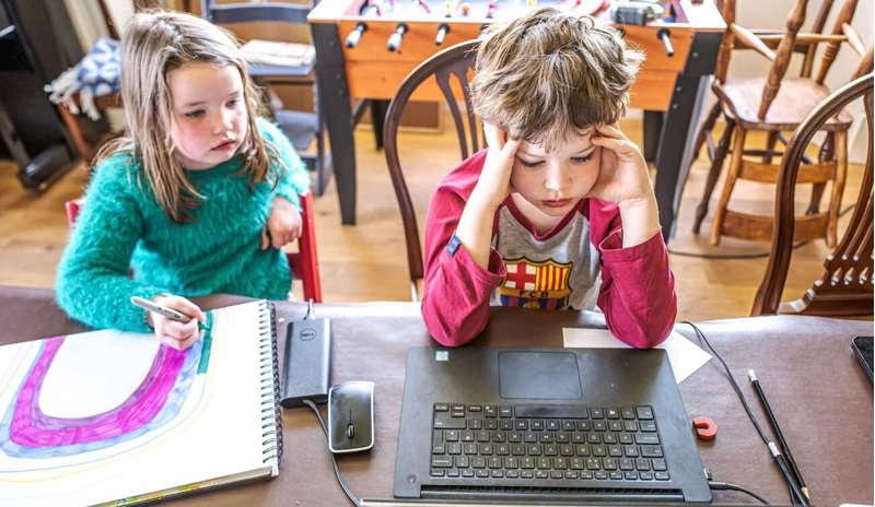 دراسة: طلاب المرحلة الابتدائية تعلموا القليل أو لا شيء من الدروس عبر الإنترنت