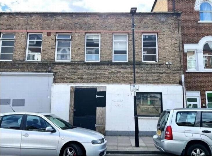بالصور: منزل جزء من سقفه مدمر للبيع بقيمة 400 ألف جنيه استرليني في لندن