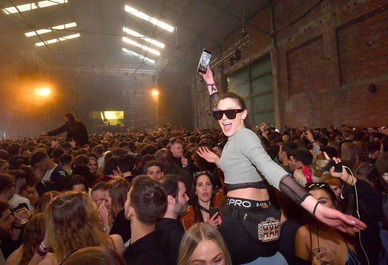 تجمع الآلاف من البريطانيين بدون أقنعة في حفل بليفربول